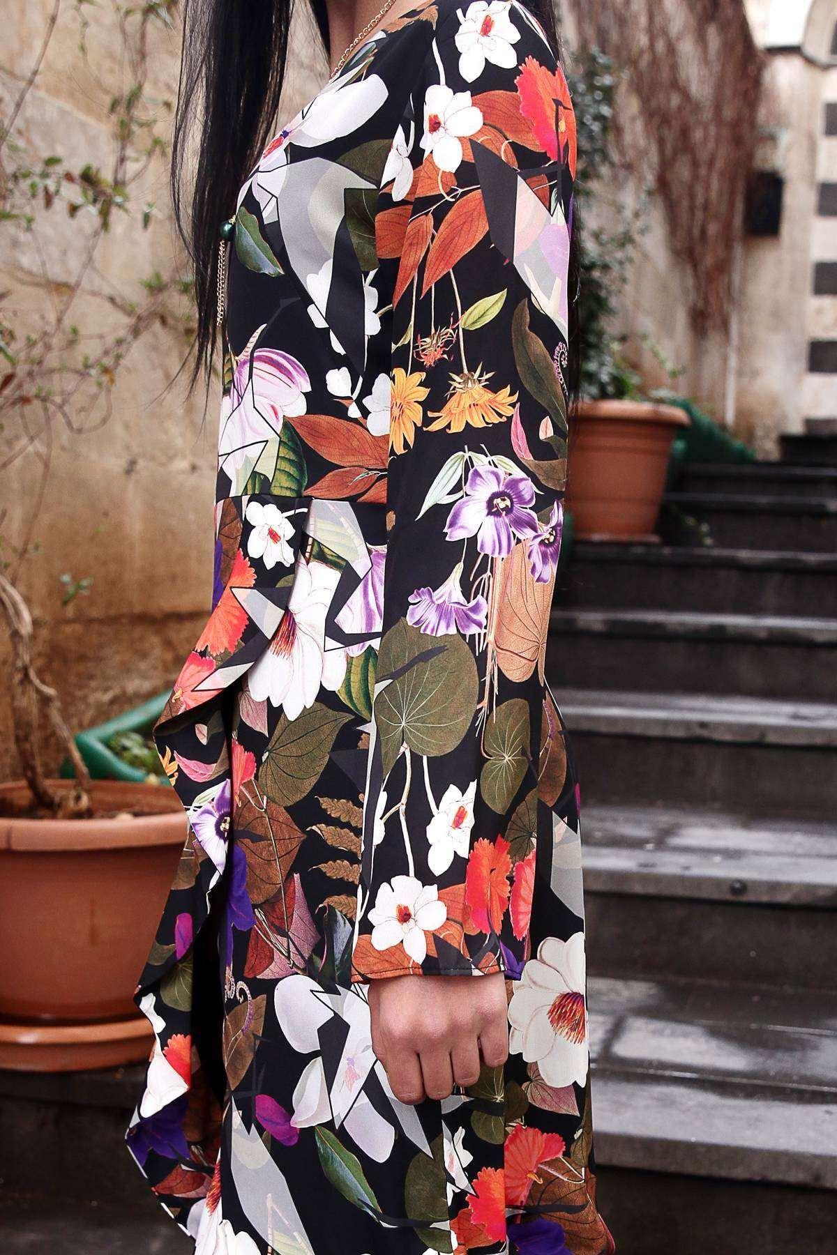 Çiçek Desenli Önü Çarpraz Fırfırlı Yanı Fermuarlı Elbise Siyah