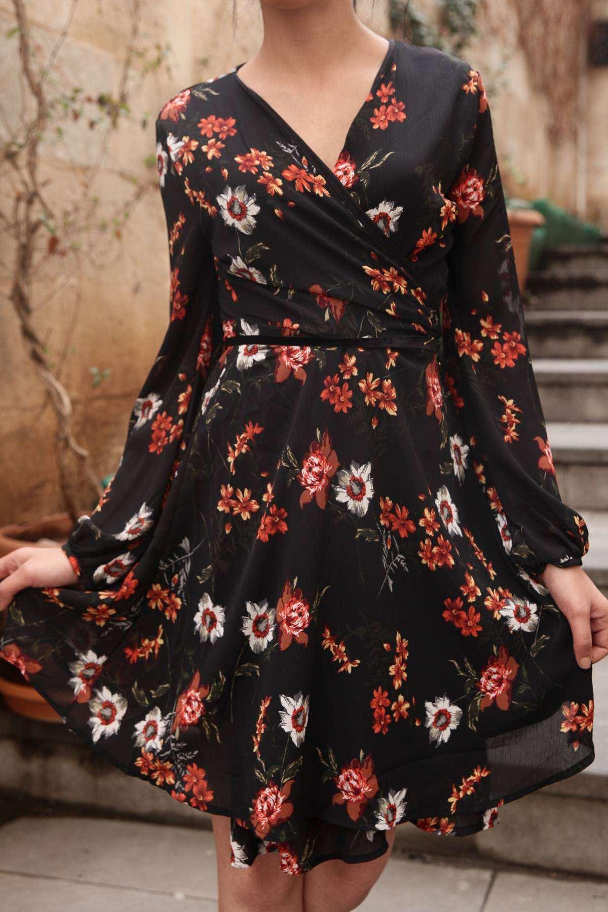 Çiçek Desenli Önü Bağcık Detaylı Elbise Siyah
