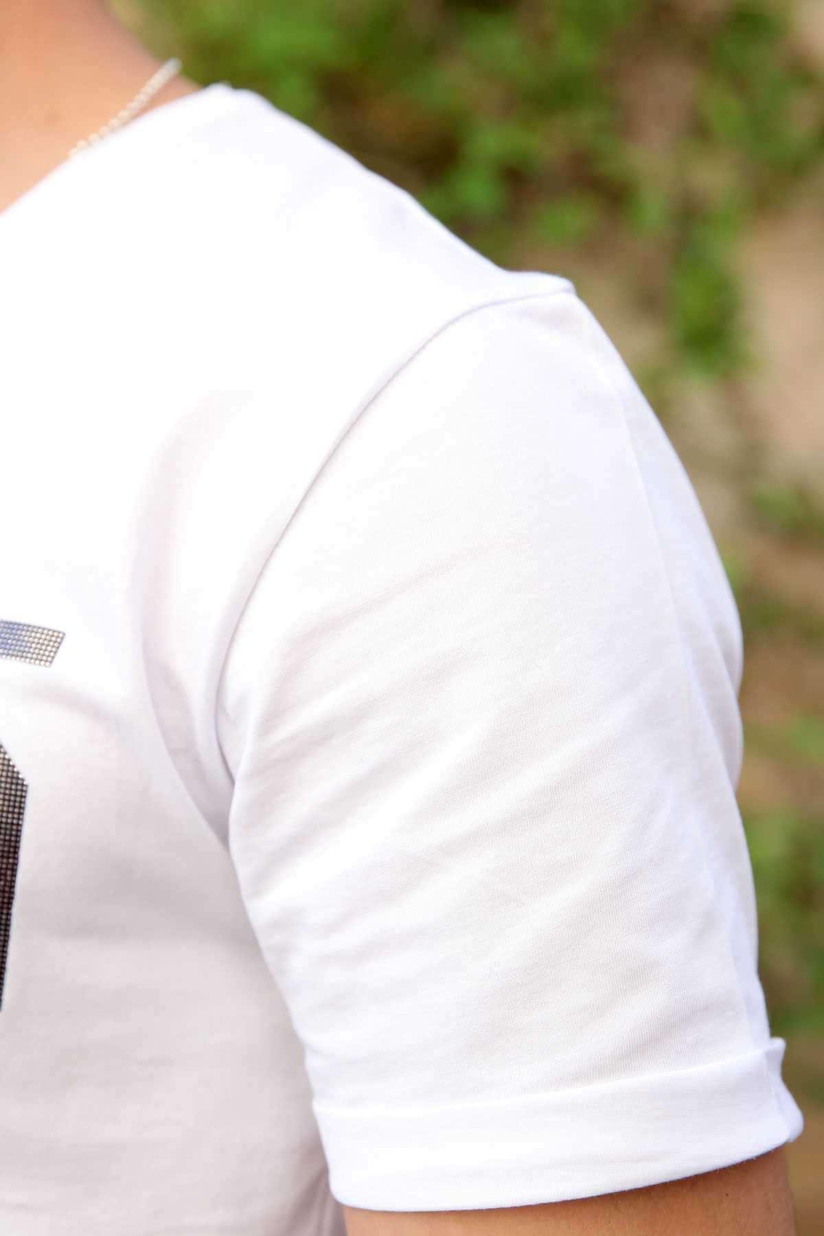 Göğüs Parlak 302 Rakam Baskılı Sıfır Yaka Tişört Beyaz