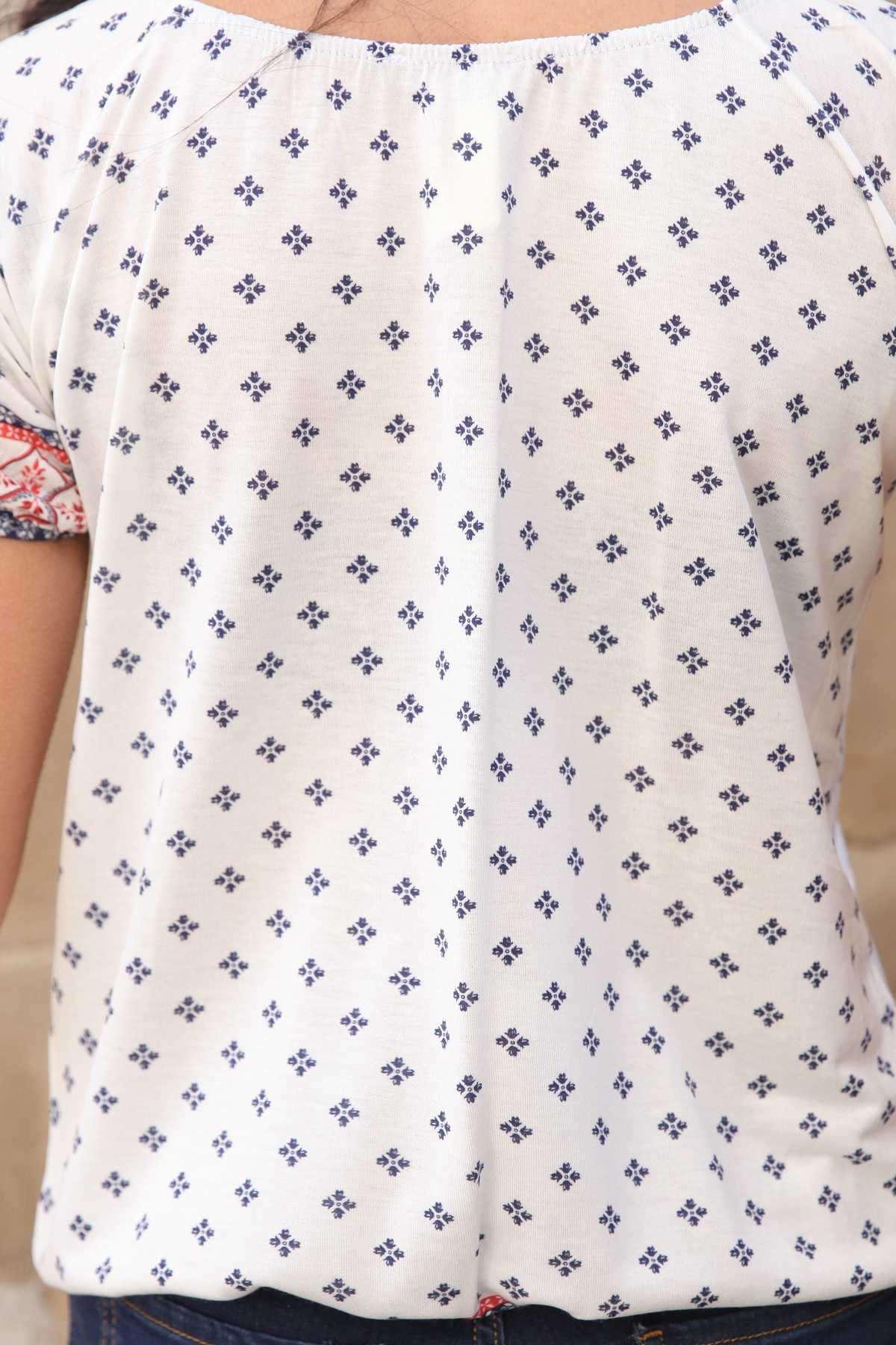 Kol Ucu Ve Altı Desenli Dört Çiçekli Kısa Kol Bluz Beyaz
