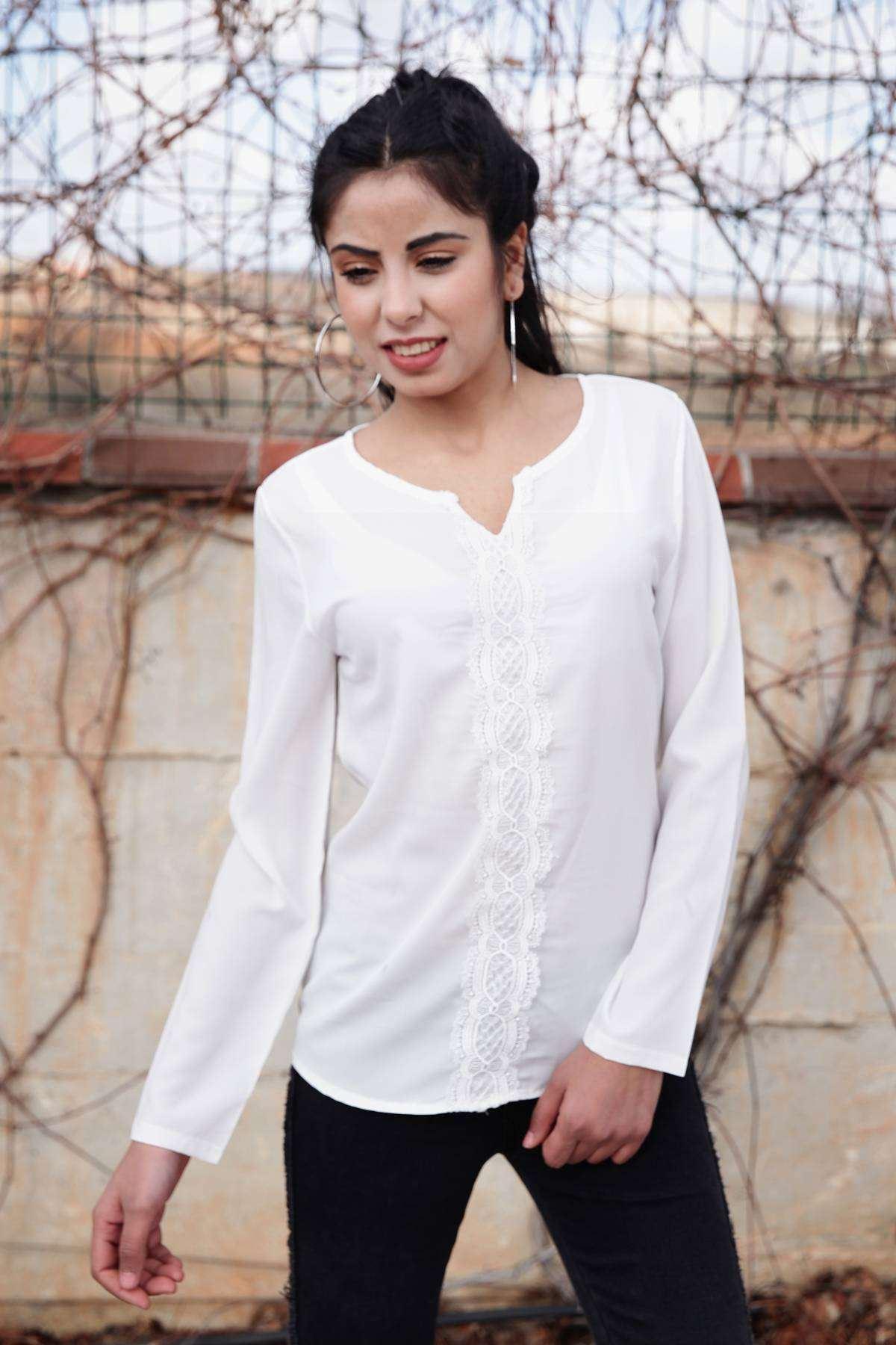 Önü Dantel Desen Detaylı Yaka Dekolteli Bluz Beyaz