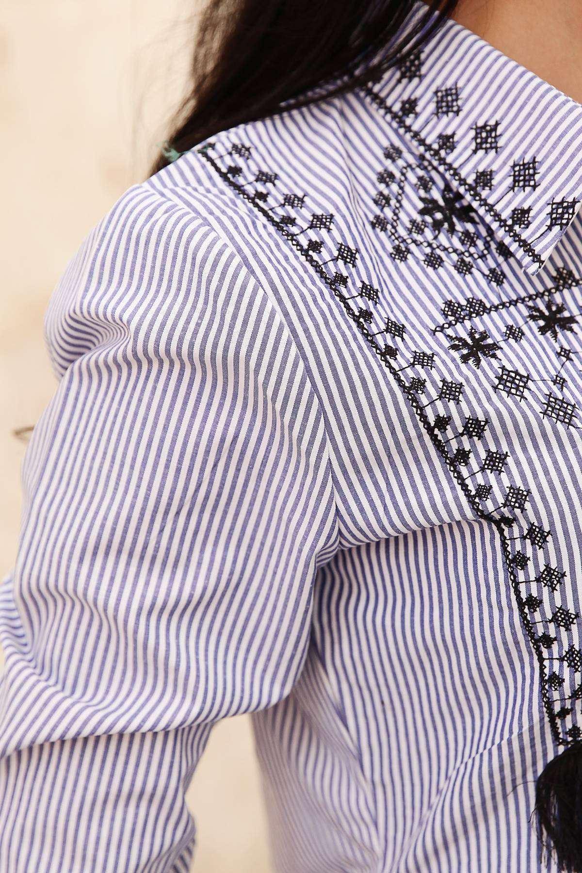Önü Çiçek Nakışlı Püsküllü Kol Ucu Detaylı Çizgili Gömlek Beyaz-Lacivert