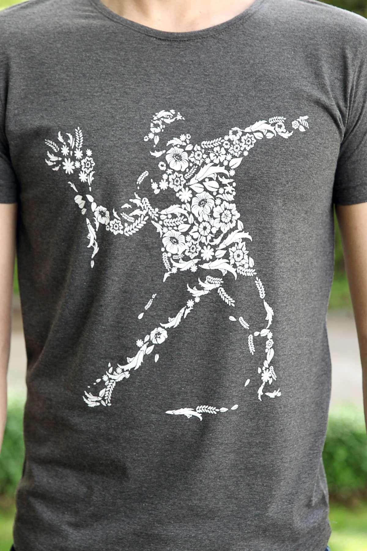 Önü Çiçekli İnsan Desen Baskılı Slim Fit Tişört Antrasit