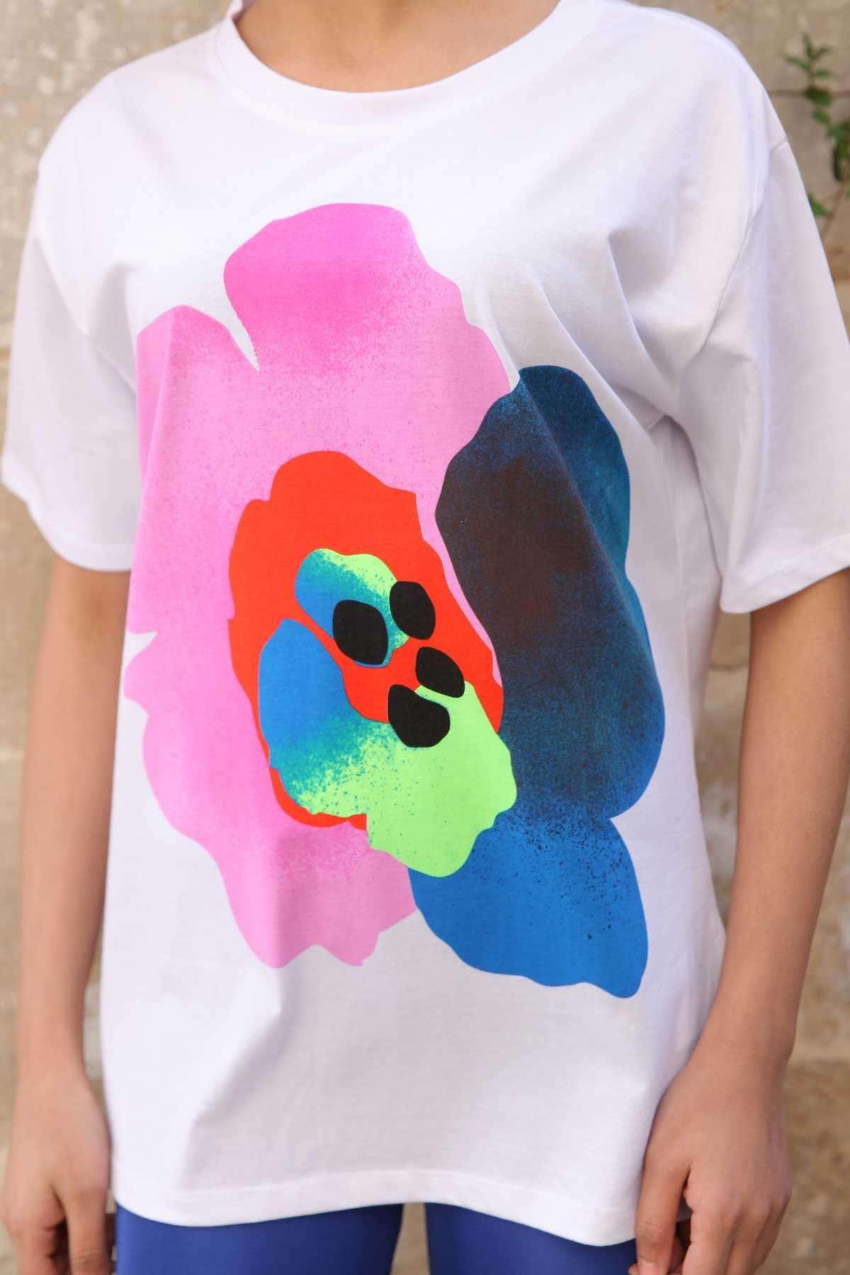 Önü Renkli Büyük Çiçek Detaylı Simit Yaka Salaş Tişört Beyaz