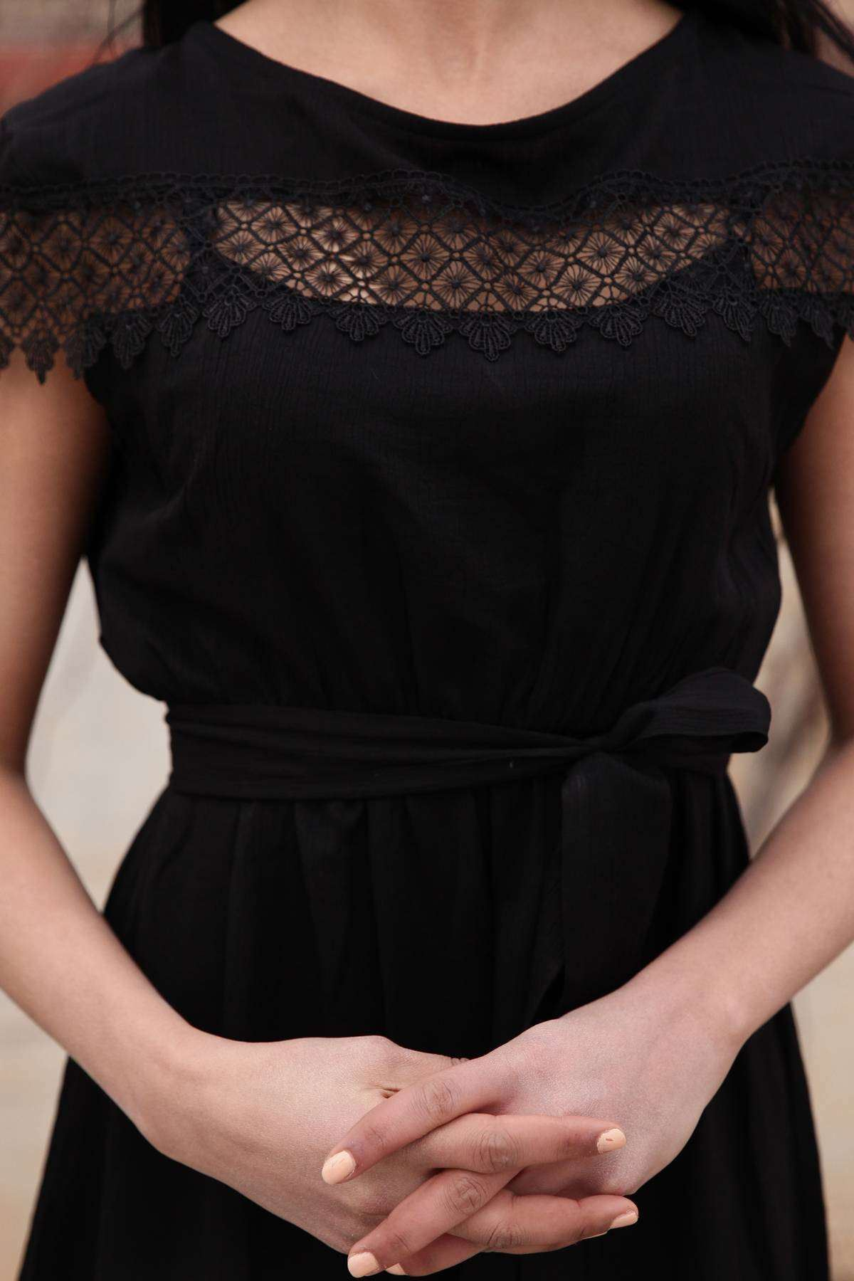 Önü Ve Eteği Dantelli Beli Büzmeli Kemer Detaylı Elbise Siyah