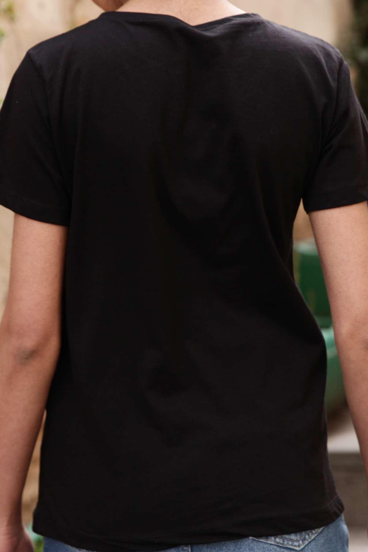 Önü Tüylü Dudak Detaylı Simit Yaka Tişört Siyah