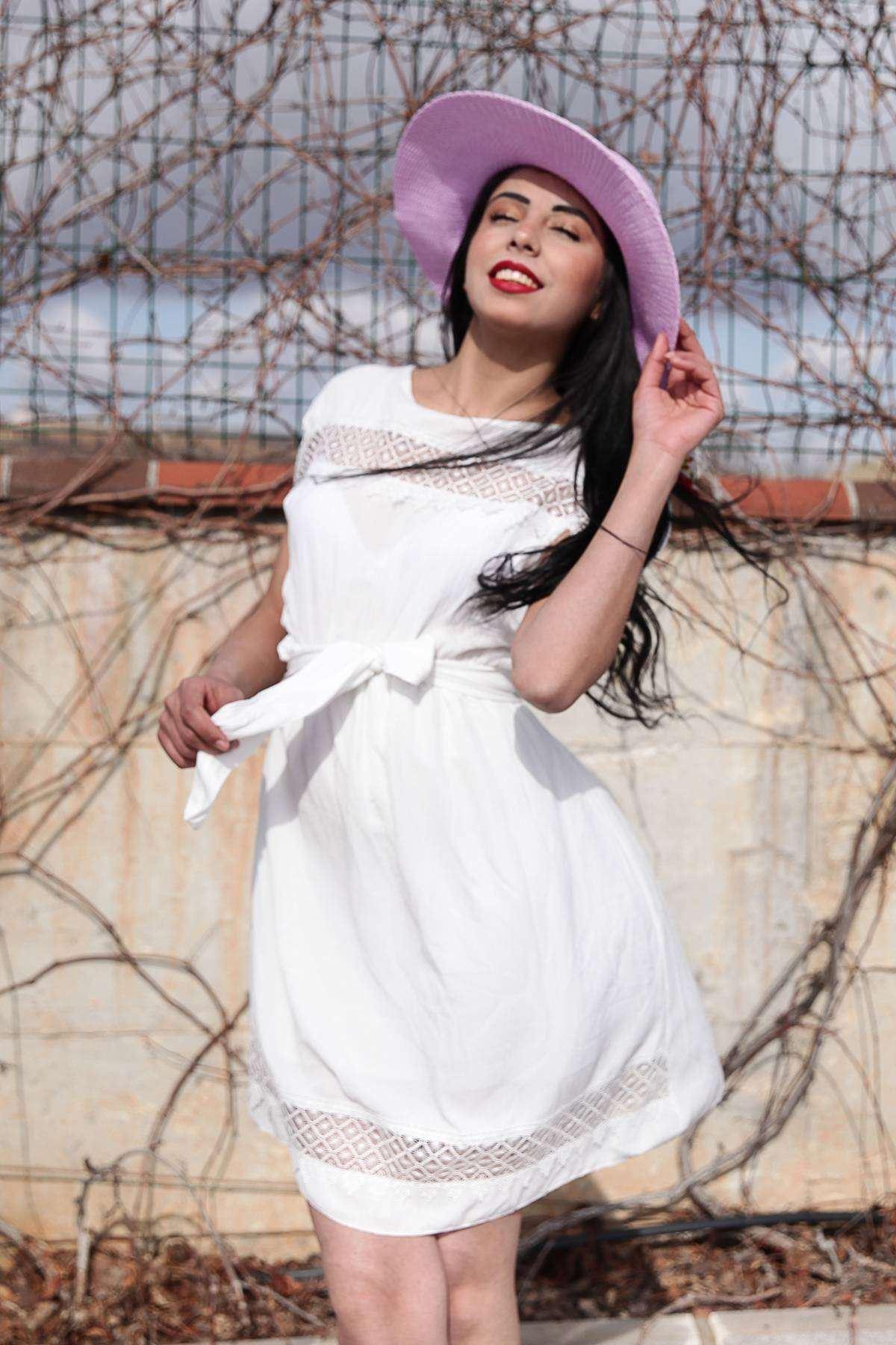 Önü Ve Eteği Dantelli Beli Büzmeli Kemer Detaylı Elbise Beyaz
