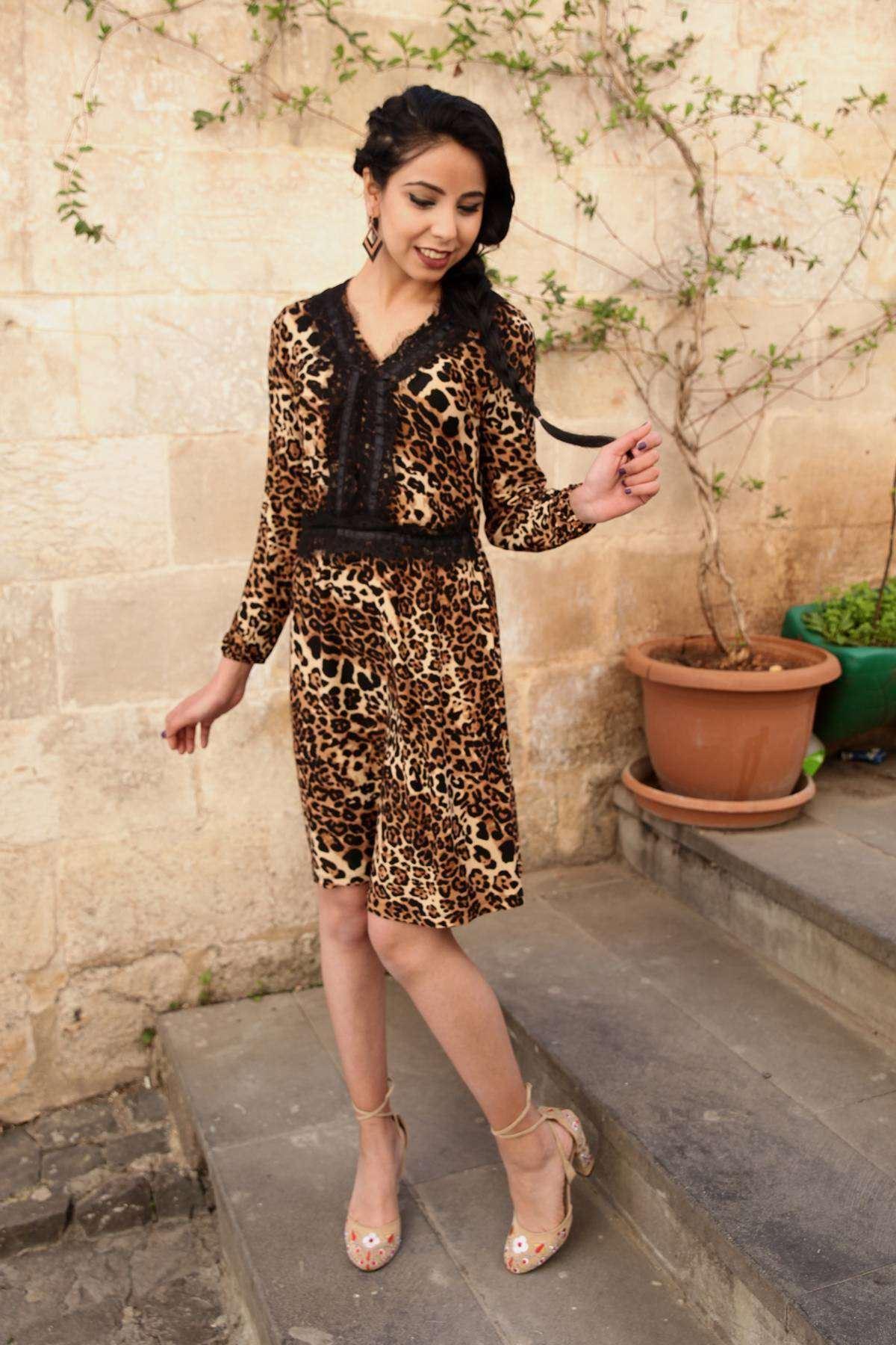 Önü Ve Yakası Dantel İşleme Detaylı Leopar Desenli Elbise Siyah-Kahve