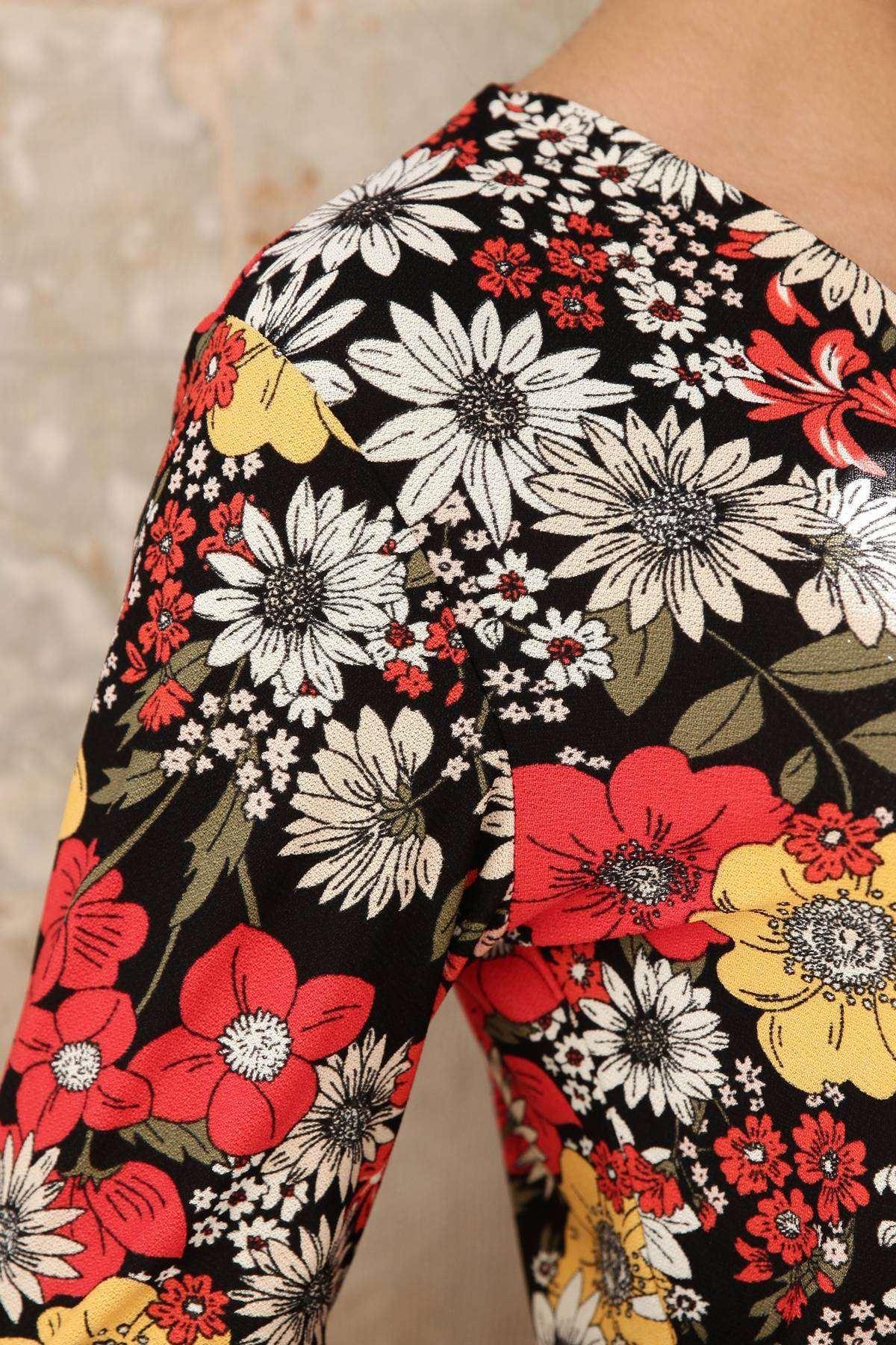 Papatya Desenli Çıtçıt Detaylı Önü Çarpraz Bluz Siyah