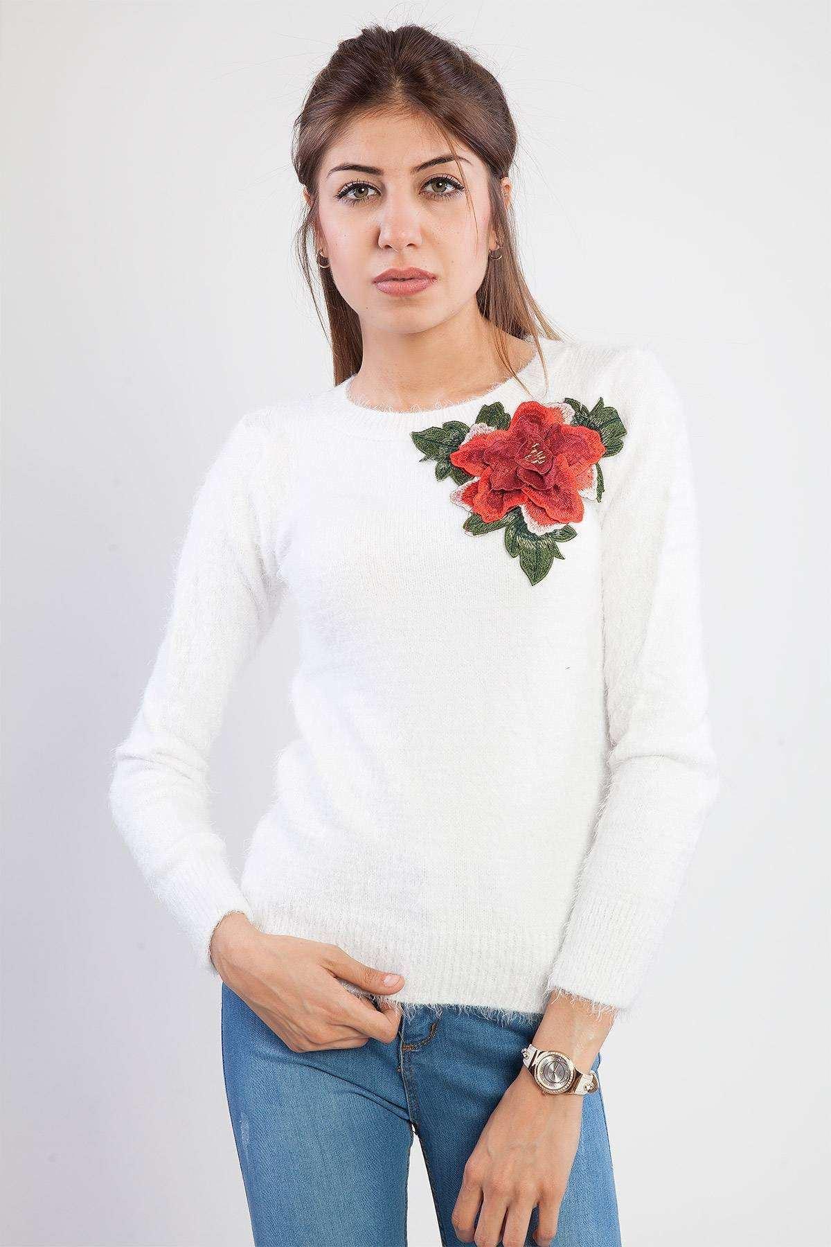 Sakallı Yakası Gül Detaylı Triko Beyaz