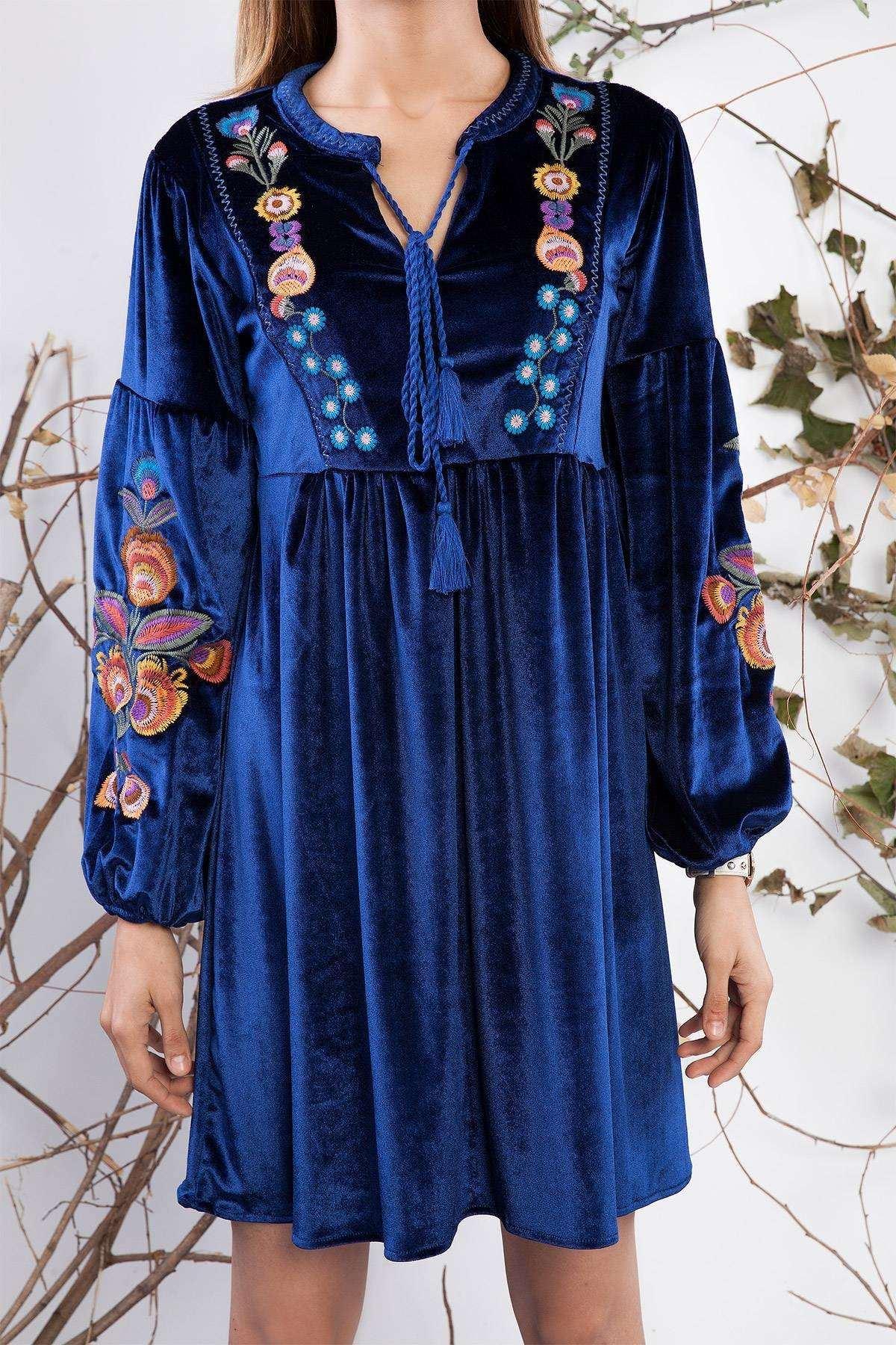 Yaka Bağcıklı Nakış Detaylı Kadife Elbise Saks