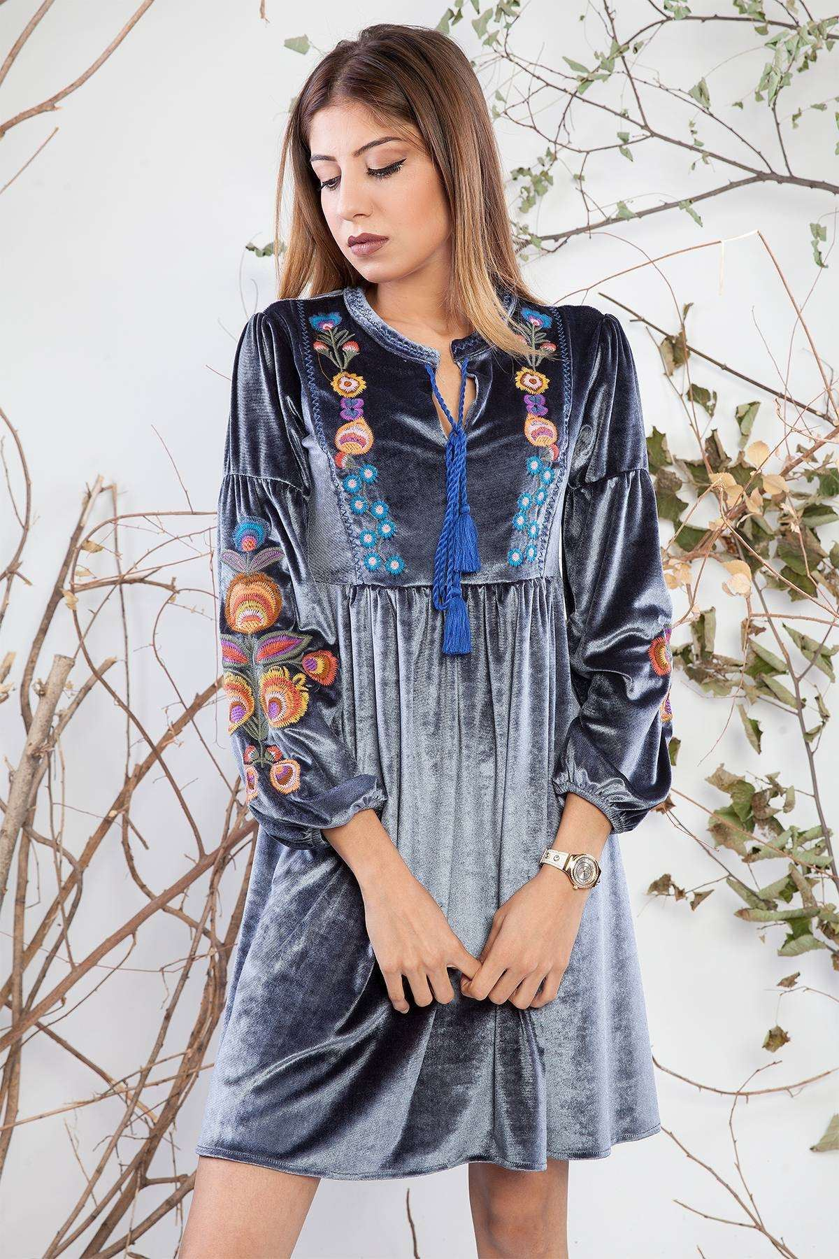 Yaka Bağcıklı Nakış Detaylı Kadife Elbise Gri