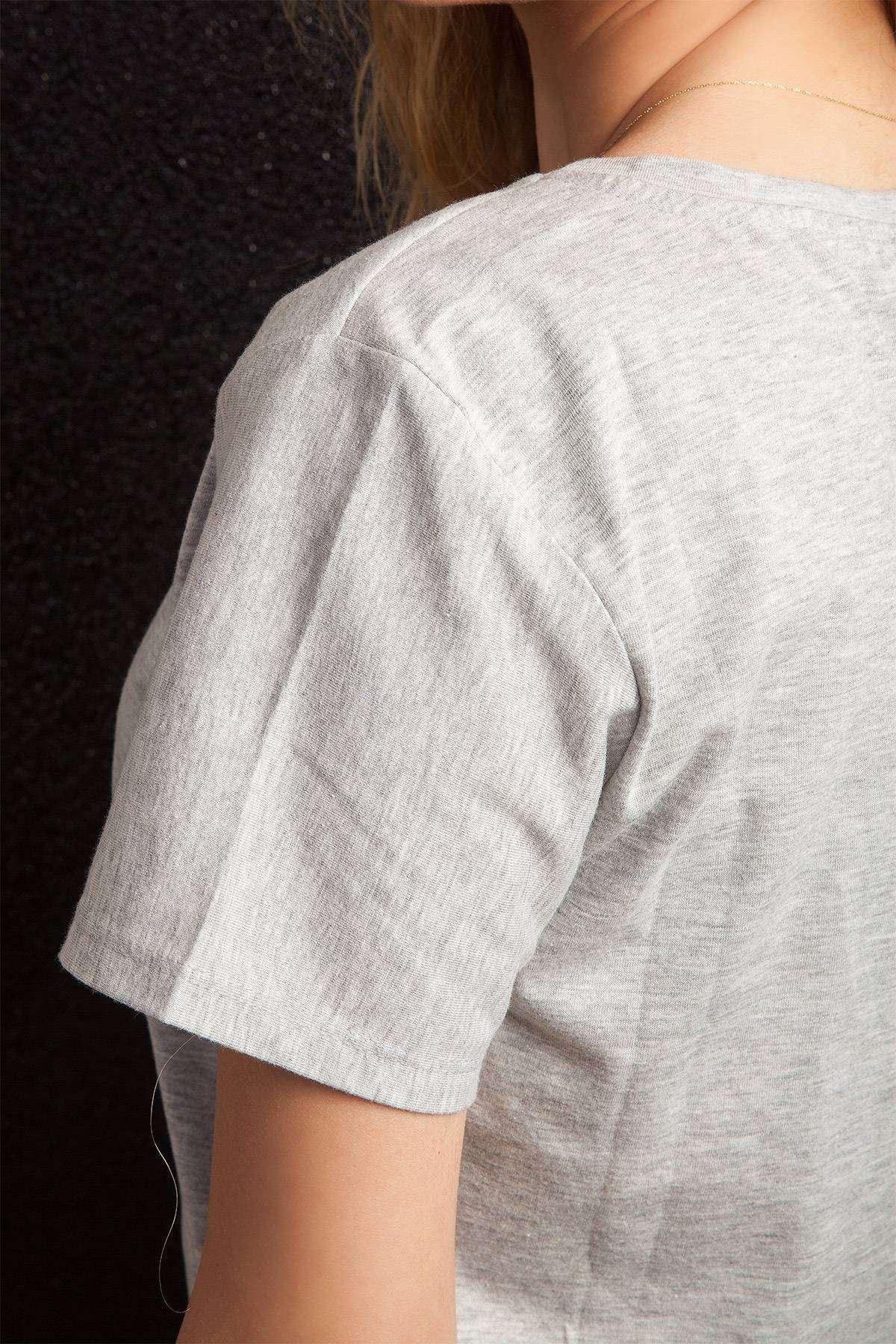 Yazı Detaylı Geniş Yakalı Uzun Tişört Gri